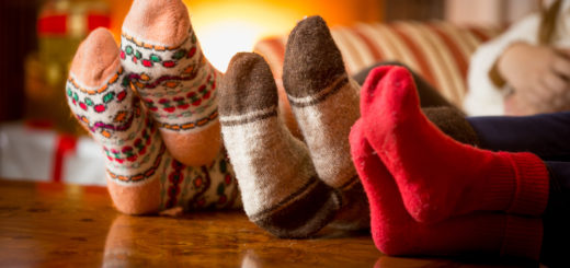 Pies calcetines mesa chimenea fondo